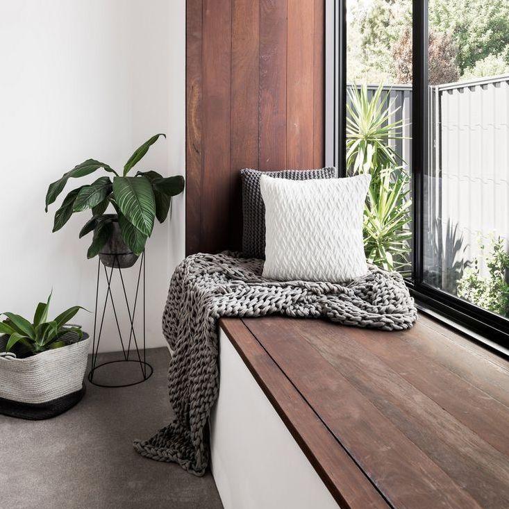 banc en bois encadrement fenêtre
